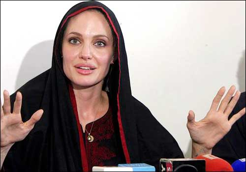 Angelina-jolie-visit-Pakistan-and-meet-to-flood