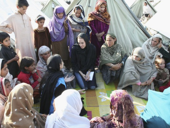 Angelina+jolie+in+pakistan+flood