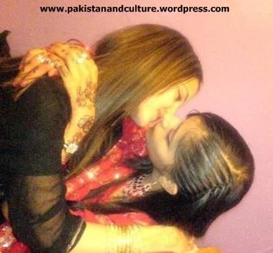 girls+of+pakistan+kisiing