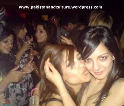 Pakistani girls kissing+photos